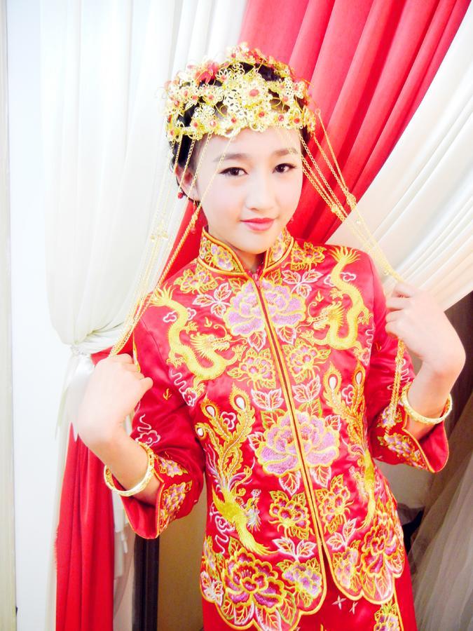 韩式红色礼服发型_斜刘海新娘造型_女装