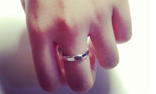 通常在中指佩戴戒指的人一般都是已经订婚或者是已经接受了求婚,是向图片
