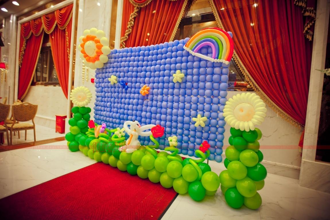 现场采用艺术气球制作出各种海洋动物造型的布景