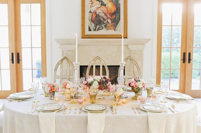 高端婚礼西式餐桌布置3. 刀具 将正餐刀(如果有肉菜的话,也可以放切肉刀)放置在大餐盘右侧一英寸的地方,将鱼刀放置在正餐刀的右边。黄油刀则放在黄油面包碟之上,其手柄斜对着客人。 高端婚礼西式餐桌布置4. 叉子 将沙拉叉放置在大餐盘左侧一英寸的地方,将正餐叉放置在沙拉叉的左边,鱼叉放置在正餐叉的左边。 高端婚礼西式餐桌布置5.
